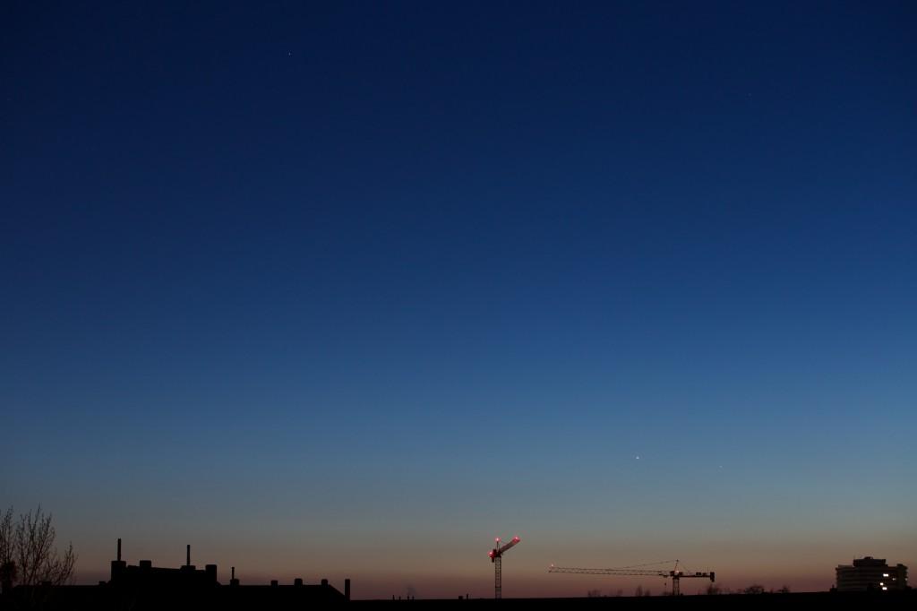 Mars (links oben) zusammen mit Venus und Merkur (rechts unten) am Abend des 17. Januar 2016 um 17:42 Uhr MEZ.