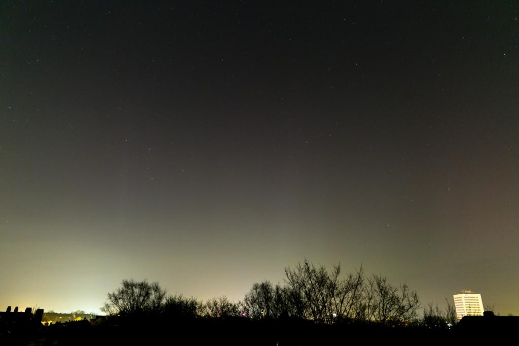Polarlicht um 00:02 Uhr MEZ über Hannover-Vahrenwald, Blick nach Norden. Canon EOS 6D bei f=24 mm, f/2.8, ISO 1600. Bild: B. Knispel