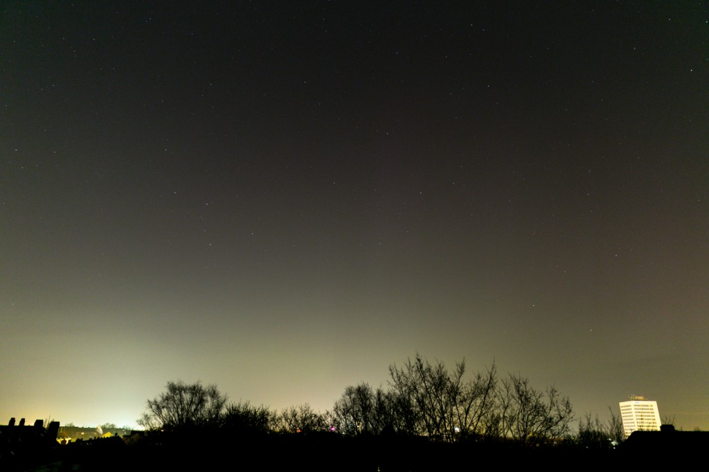 Polarlicht um 00:04 Uhr MEZ über Hannover-Vahrenwald, Blick nach Norden. Canon EOS 6D bei f=24 mm, f/2.8, ISO 1600. Bild: B. Knispel