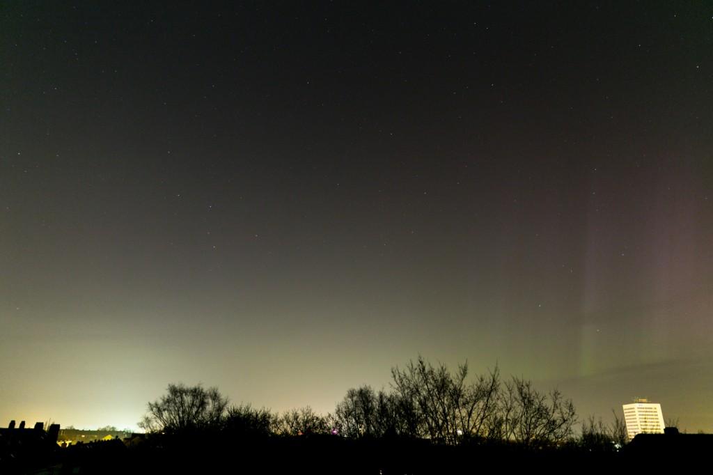 Polarlicht um 00:06 Uhr MEZ über Hannover-Vahrenwald, Blick nach Norden. Canon EOS 6D bei f=24 mm, f/2.8, ISO 1600. Bild: B. Knispel