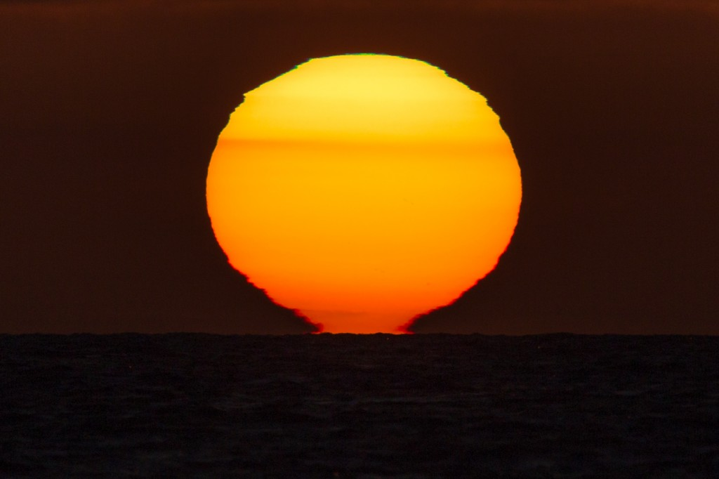Verformte Sonne mit grünem und rotem Saum um 21:22:27 Uhr MESZ. (Bild: B. Knispel)