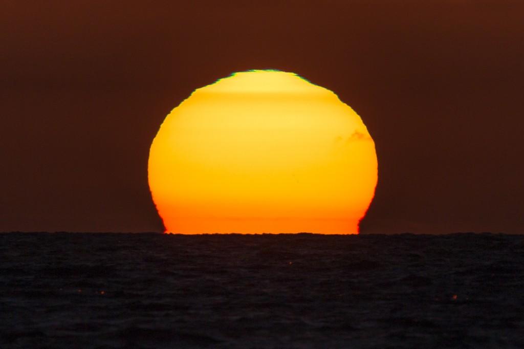 Verformte Sonne mit grünem und rotem Saum um 21:23:26 Uhr MESZ. (Bild: B. Knispel)