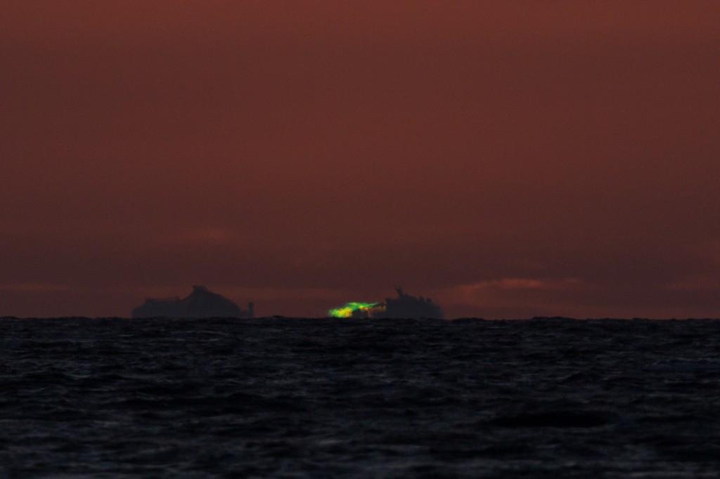 Um 21:26:58 Uhr MESZ ist der verbleibende Rand der Sonne fast komplett grün, der Beginn des Grünen Strahls. Leider ist das Schiff immer noch im Weg… (Bild: B. Knispel)