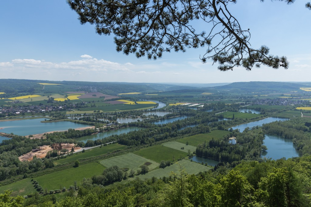 Blick über die Weser und vorgelagerte Kiesteiche vom Wesergebirge bei Höxter. (Bild: B. Knispel)