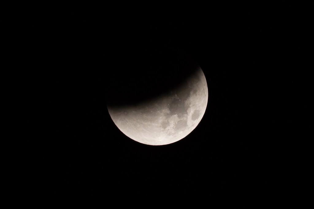 3:38 Uhr MESZ, fast die Hälfte des Mondes ist verfinstert. (Bild: B. Knispel)