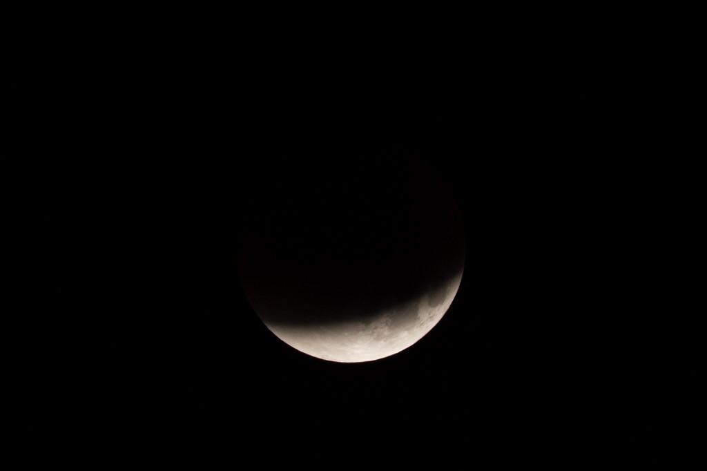3:56 Uhr MESZ, eine Viertelstunde vor Totalitätsbeginn ist mit bloßem Auge bereits die rötliche Färbung des Kernschattens erkennbar. (Bild: B. Knispel)