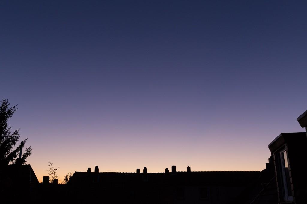 Purpurlicht um 6:51 Uhr MESZ zum Beginn der Erscheinung. (Bild: B. Knispel)