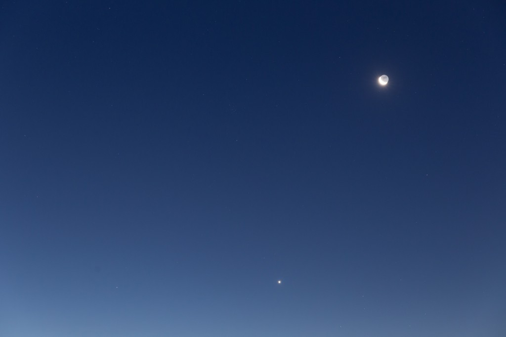 Mond, Venus (sehr hell) und Mars (links auf gleicher Höhe wie die Venus, aber lichtschwächer) am morgendlichen Dämmerungshimmel des 9. September. Klick aufs Bild für höhere Auflösung. (Bild: B. Knispel)