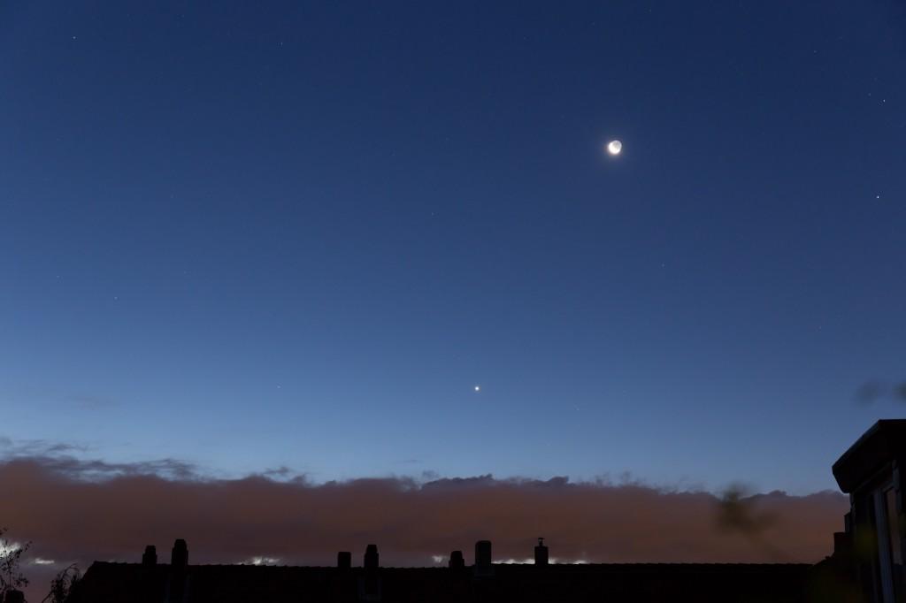 Mond, Venus (sehr hell über der Wolkenbank) und Mars (links auf gleicher Höhe wie die Venus, aber lichtschwächer) am morgendlichen Dämmerungshimmel des 9. September. Klick aufs Bild für höhere Auflösung. (Bild: B. Knispel)