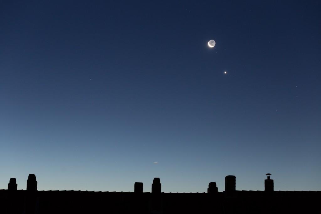 Mond, Venus (direkt rechts unterhalb des Monds) und Mars (auf gleicher Höhe wie die Venus, linkes Bildviertel) am Morgenhimmel des 10. September. (Bild: B. Knispel)
