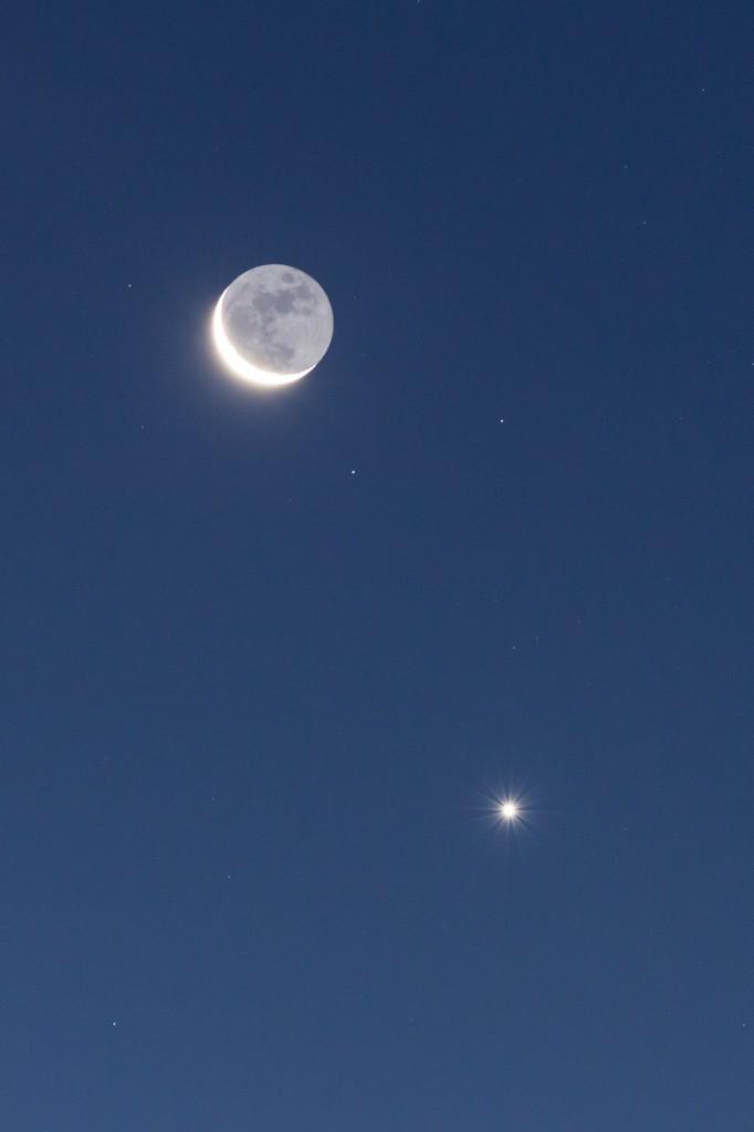 Mondsichel (mit Erdschein) und Venus links unterhalb am 10. September. (Bild: B. Knispel)
