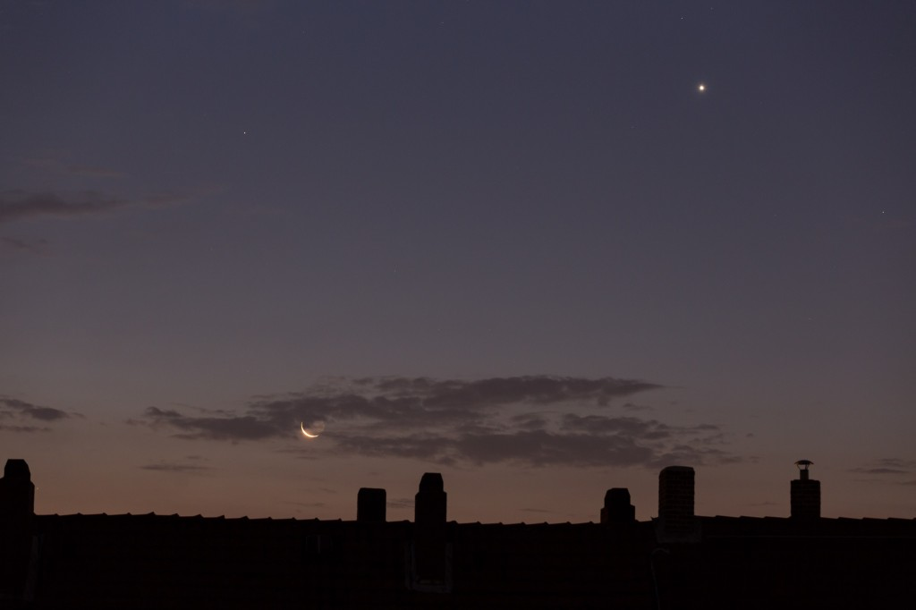 Mond, Venus und Mars in der leicht violetten Morgendämmerung am 11. September um 5:39 Uhr MESZ. (Bild: B. Knispel)
