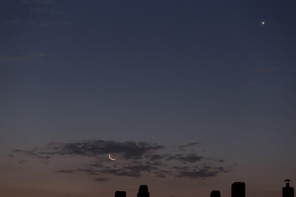 Mond, Venus und Mars in der Morgendämmerung am 11. September um 5:44 Uhr MESZ. (Bild: B. Knispel)
