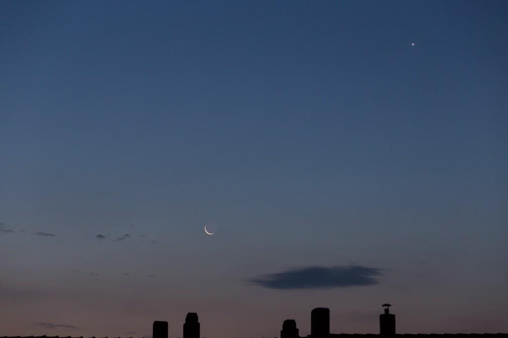 Mond, Venus und Mars in der fortgeschrittenen Morgendämmerung am 11. September um 5:57 Uhr MESZ. (Bild: B. Knispel)