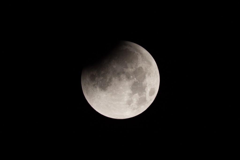 3:15 Uhr MESZ, der Mond wandert deutlich weiter in den Kernschatten. (Bild: B. Knispel)