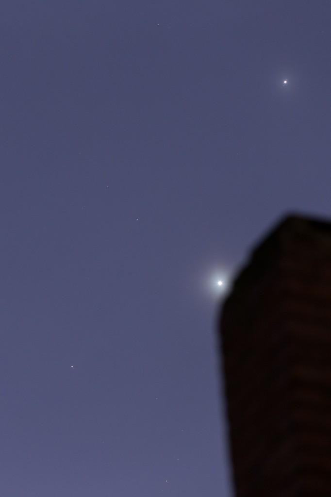 Venus (am Schornstein), Jupiter mit zwei Monden  (rechts oberhalb) und Mars (links unten) am 29. Oktober um 6:12 Uhr MEZ. (Bild: B. Knispel)