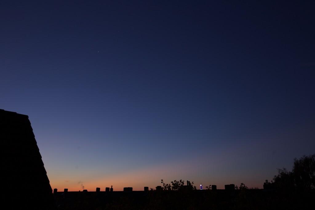 Venus und Mars mit ersten Dämmerungsstrahlen (am Horizont) am 2.11. (Bild: B. Knispel)