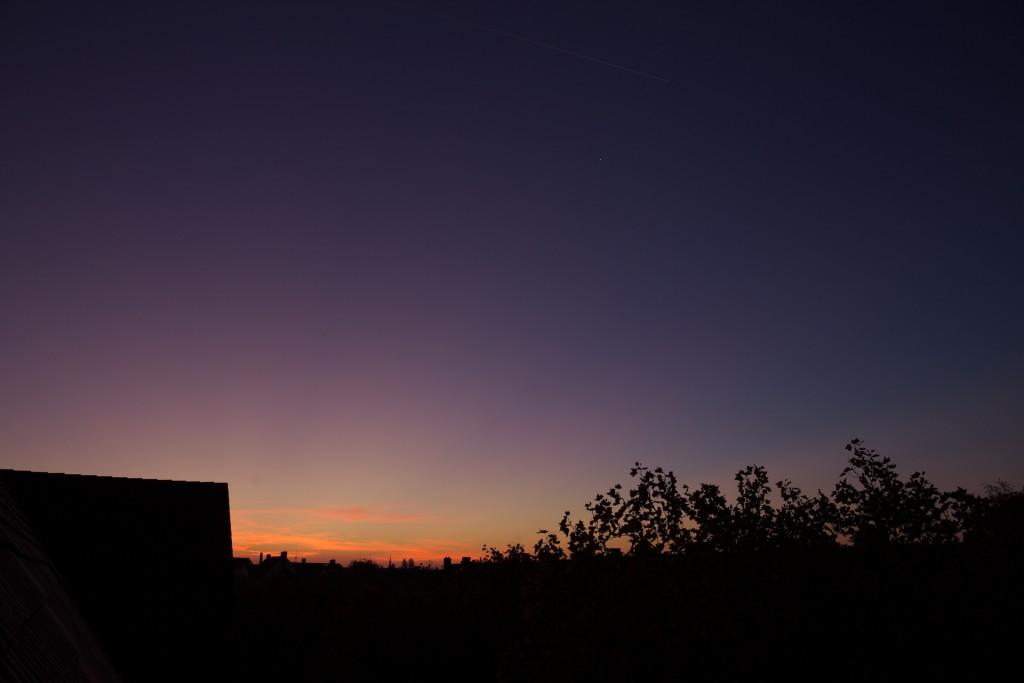 Fächer der Dämmerungsstrahlen im Purpurlicht am 2.11.2015. (Bild: B. Knispel)