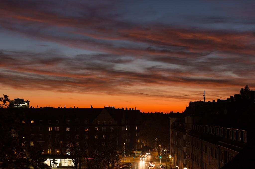 Abendliche Farben am 2. November 2015 um 17:43 Uhr MEZ über Hannover-Vahrenwald. (Bild: B. Knispel)