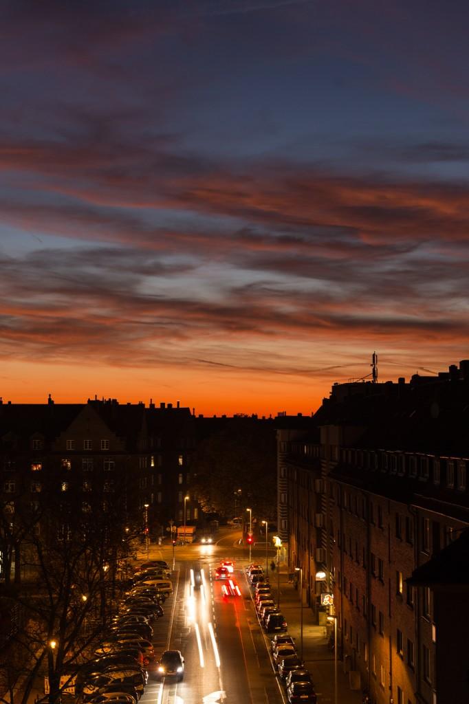 Abendliche Farben und Autospuren am 2. November 2015 über Hannover-Vahrenwald. (Bild: B. Knispel)
