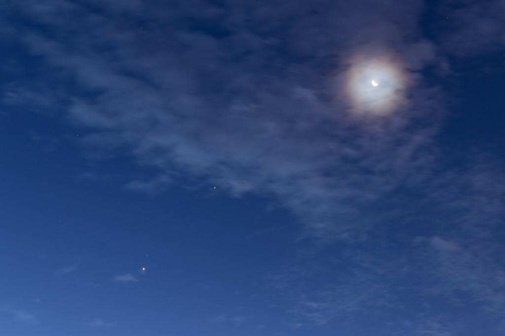 Hier noch einmal der Anblick von Mond und drei Planeten im Detail. (Bild: B. Knispel)