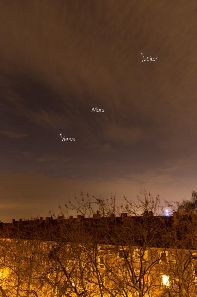 Drei Planeten (markiert) am leicht wolkigen und lichtverschmutzten Himmel Hannovers am 24.11. um 6:23 Uhr MEZ. (Bild: B. Knispel)