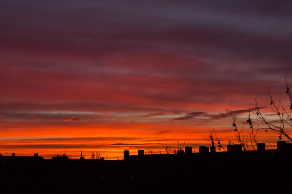 """7:49 Uhr MEZ, Blick nach Südosten – der Himmel steht """"in Flammen"""". (Bild: B. Knispel)"""
