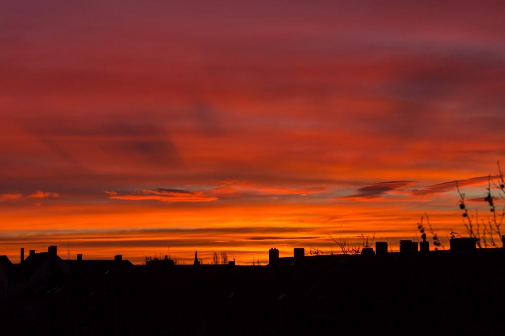 Um 7:52 Uhr MEZ werfen verschiedene Wolkenschichten lange Schatten aufeinander. (Bild: B. Knispel)