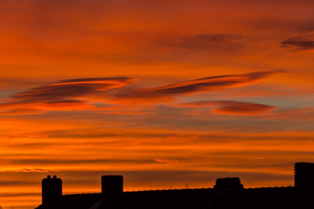 Lenticularis-ähnliche Wolken am Morgenhimmel des 5.12.2015 um 7:55 Uhr MEZ. (Bild: B. Knispel)