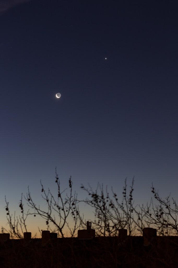 Mond und Venus in der beginnenden Dämmerung am 8.12.2015 um 7:07 Uhr MEZ. (Bild: B. Knispel)
