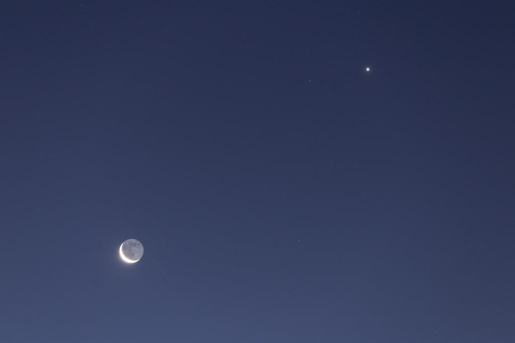 Mondsichel und Venus im Detail um 7:14 Uhr MEZ am 8.12.2015. (Bild: B. Knispel)