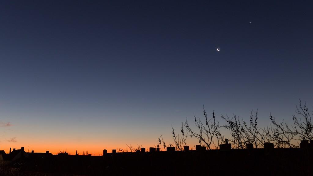 Dämmerungspanorama mit Mondsichel und Venus am 8.12.2015 um 7:20 Uhr MEZ. (Bild: B. Knispel)
