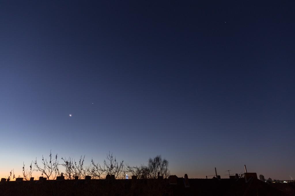 Drei Planeten und die Mondsichel am 8.12.2015 um 7:21 Uhr MEZ in etwa auf einer Linie: Venus (beim Mond), Mars (Bildmitte) und Jupiter (rechts oben). (Bild: B. Knispel)