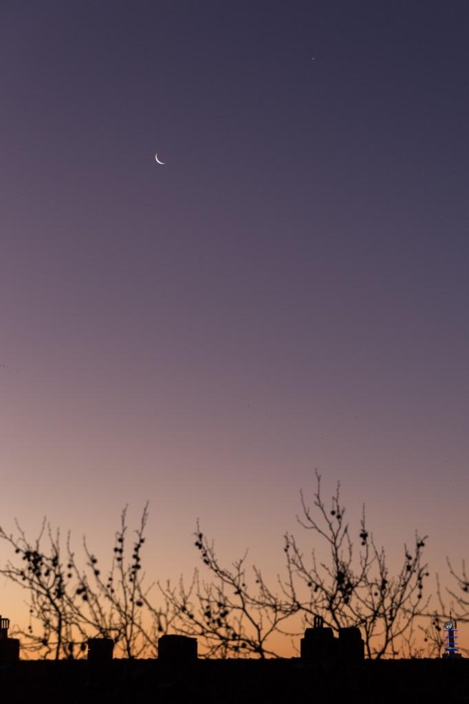 Mond und Venus in der fortgeschrittenen Dämmerung mit Purpurlicht am 8.12.2015 um 7:46 Uhr MEZ. (Bild: B. Knispel)