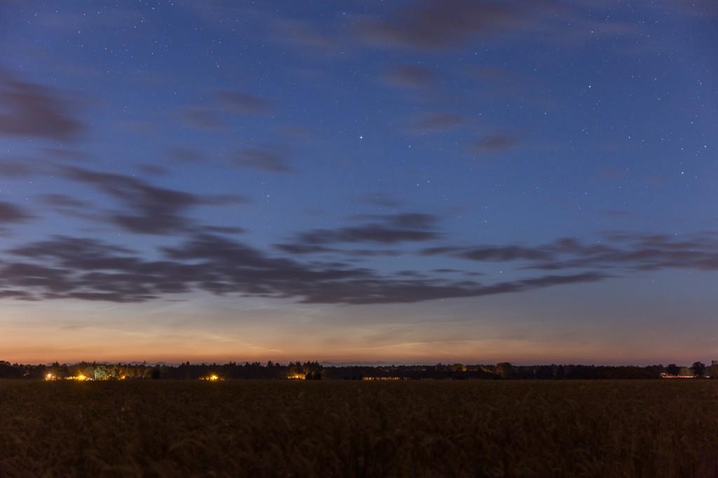 Leuchtende Nachtwolken um 2:39 MESZ nahe des Nordhorizonts, fotografiert aus Elze (Wedemark). (Bild: B. Knispel)