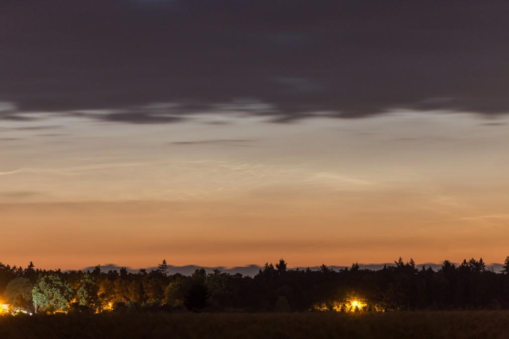 Details der Leuchtenden Nachtwolken um 2:51 MESZ nahe des Nordhizonts bei f=168 mm, fotografiert aus Elze (Wedemark). (Bild: B. Knispel)