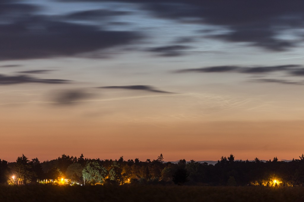 Details der Leuchtenden Nachtwolken um 2:56 MESZ nahe des Nordhizonts bei f=168 mm, fotografiert aus Elze (Wedemark). (Bild: B. Knispel)
