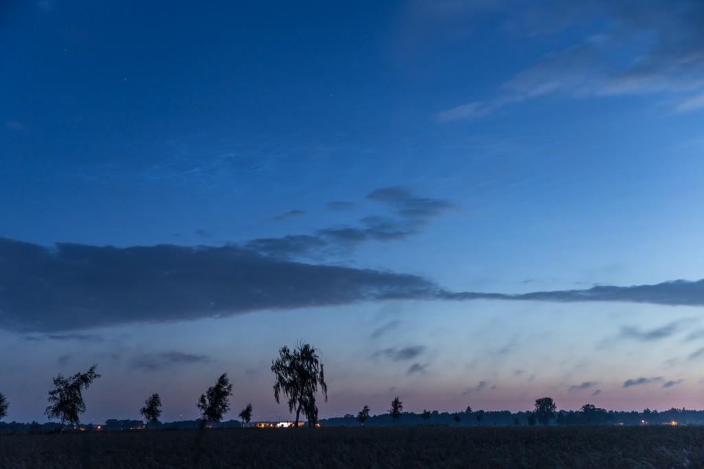 Um 3:52 Uhr MESZ reichen die Leuchtenden Nachtwolken bis zum Kasten des Großen Wagen. (Bild: B. Knispel)