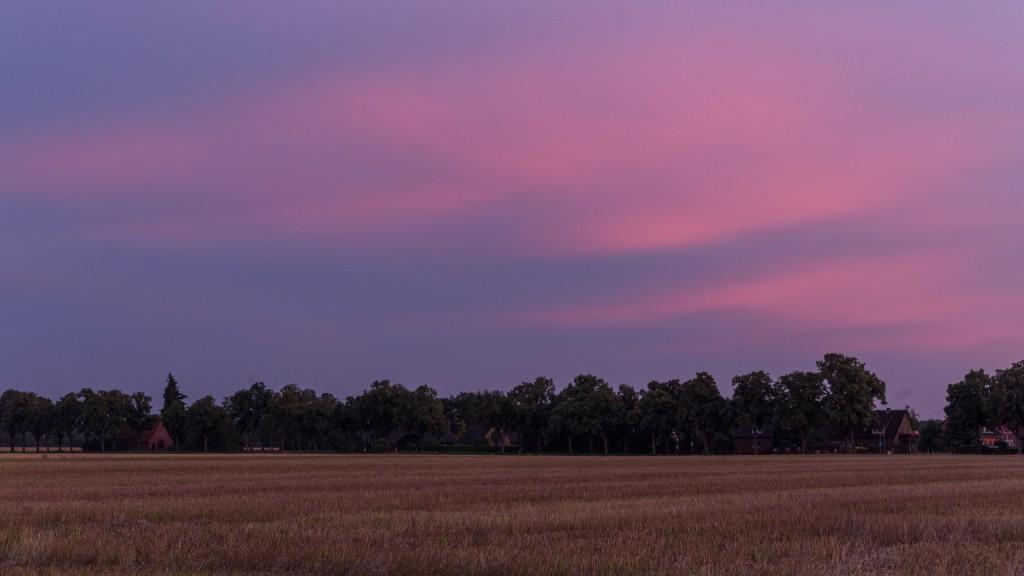 Violette Wolken über dem Stoppelfeld (Bild: B. Knispel)
