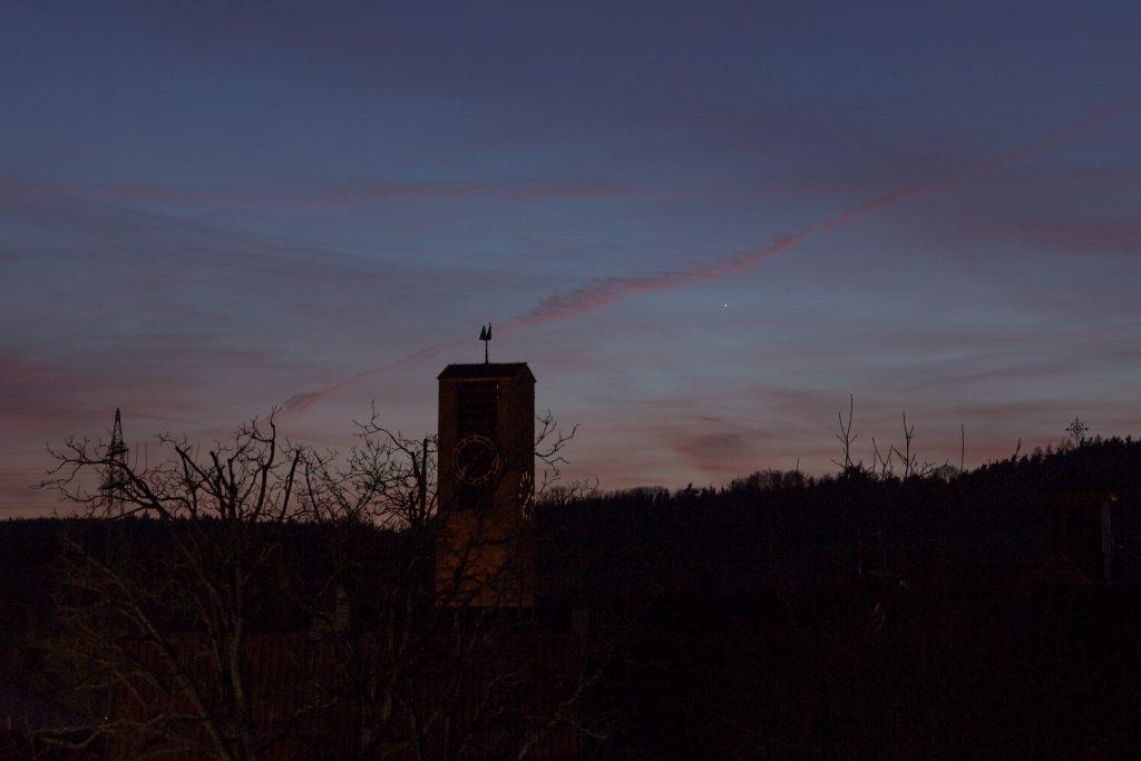 Merkur strahlt deutlich klarer um 19:39 Uhr MEZ am dunkleren Abendhimmel. Bild: B. Knispel