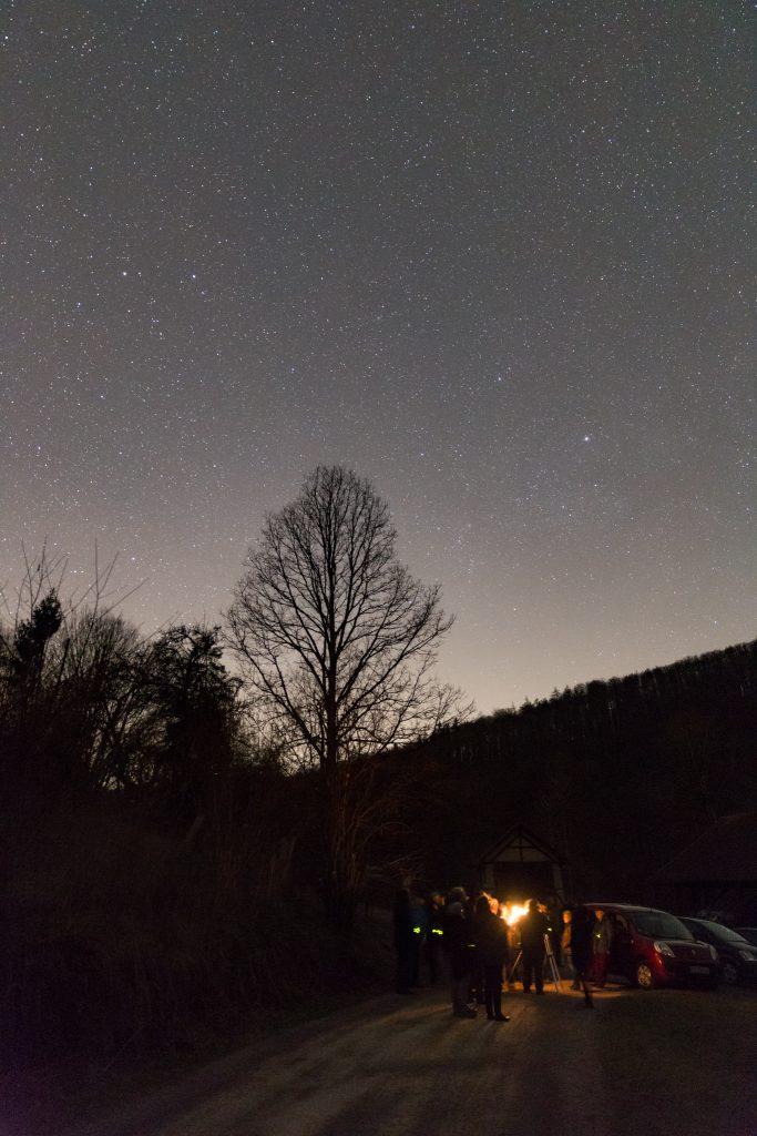 Sternenhimmel Richtung Westen mit Aufhellung durch vermutlich Aschaffenburg. Im Vordergrund die fleißigen AstronomInnen. Bild: B. Knispel