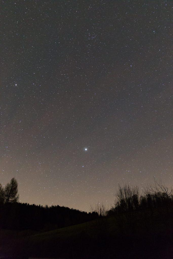 Jupiter und Spica am etwas aufgehellten Horizont. Bild: B. Knispel