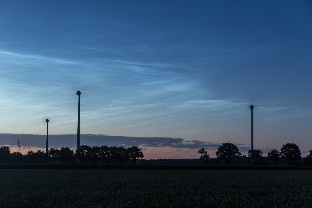 """Venus als """"Morgenstern"""" und schöne Strukturen am östlichen Rand des NLC-Felds um 3:28 Uhr MESZ. (Bild: B. Knispel)"""