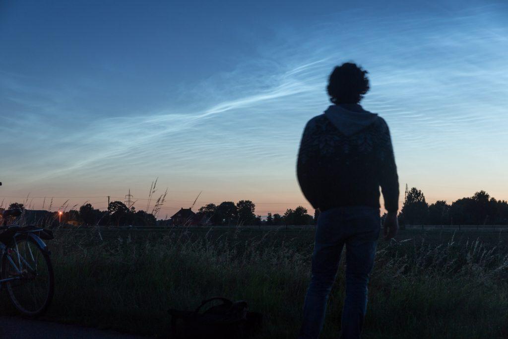 Selbstporträt mit Leuchtenden Nachtwolken am 3.7.3017 um 3:41 Uhr MESZ. (Bild: B. Knispel)