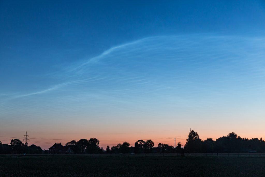Verblassende Leuchtende Nachtwolken über dem rötlichen Dämmerungshorizont um 3:58 Uhr MESZ. (Bild: B. Knispel)