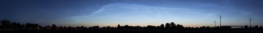 Übersicht der langsam in der Morgendämmerung verblassenden NLC um 3:52 Uhr MESZ. (Bild: B. Knispel)
