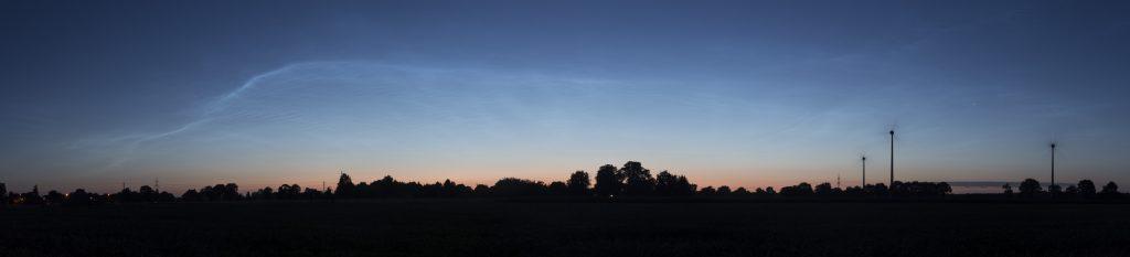 Um 3:56 Uhr MESZ zeigt sich die Morgendämmerung als rötlicher Schimmer nah am Horizont unterhalb der NLC. (Bild: B. Knispel)
