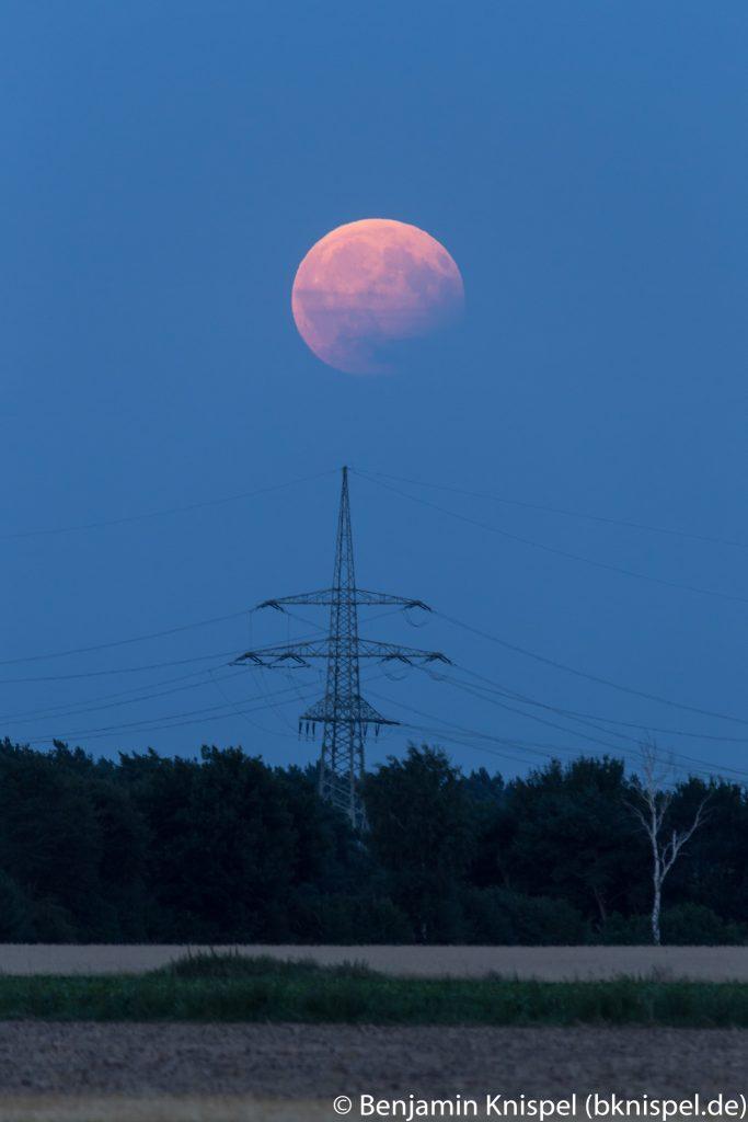 Erst um 21:11 Uhr hat sich der verfinsterte Mond aus einem Wolkenfeld gelöst. (Bild: B. Knispel)