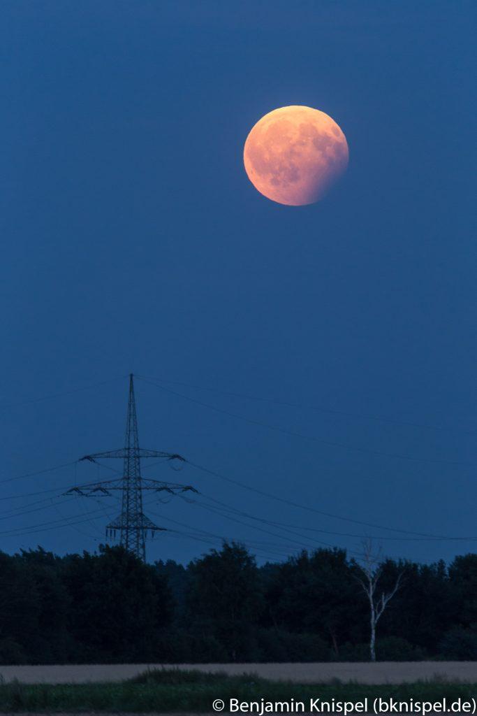 Mondfinsternis um 21:15 Uhr in der Wedemark. Der Mond wird zunehmend heller gegenüber dem Dämmerungshimmel. (Bild: B. Knispel)