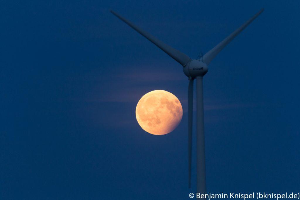"""Um 21:20 Uhr verfinstert der Rand des irdischen Halbschattens noch die """"rechte untere"""" Ecke des Mondes. (Bild: B. Knispel)"""